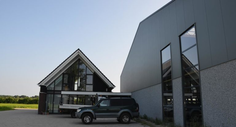 drijvers-oisterwijk-nieuwbouw-kantoor-exterieur-pannendak-metselwerk-houten-gevel-hal-zink-ramen-deuren (1)