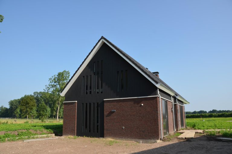 drijvers-oisterwijk-nieuwbouw-kantoor-exterieur-pannendak-metselwerk-houten-gevel-hal-zink-ramen-deuren (11)