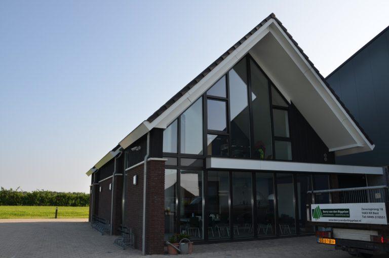 drijvers-oisterwijk-nieuwbouw-kantoor-exterieur-pannendak-metselwerk-houten-gevel-hal-zink-ramen-deuren (12)