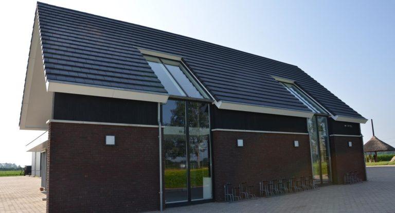 drijvers-oisterwijk-nieuwbouw-kantoor-exterieur-pannendak-metselwerk-houten-gevel-hal-zink-ramen-deuren (2)