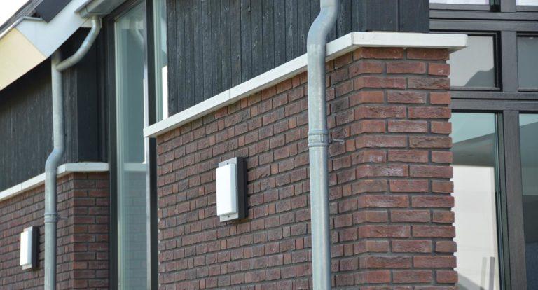 drijvers-oisterwijk-nieuwbouw-kantoor-exterieur-pannendak-metselwerk-houten-gevel-hal-zink-ramen-deuren (3)