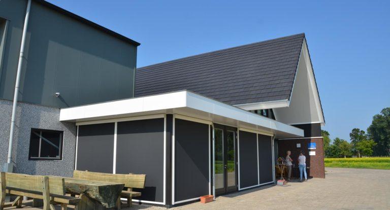 drijvers-oisterwijk-nieuwbouw-kantoor-exterieur-pannendak-metselwerk-houten-gevel-hal-zink-ramen-deuren (4)