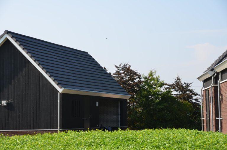 drijvers-oisterwijk-nieuwbouw-kantoor-exterieur-pannendak-metselwerk-houten-gevel-hal-zink-ramen-deuren (6)