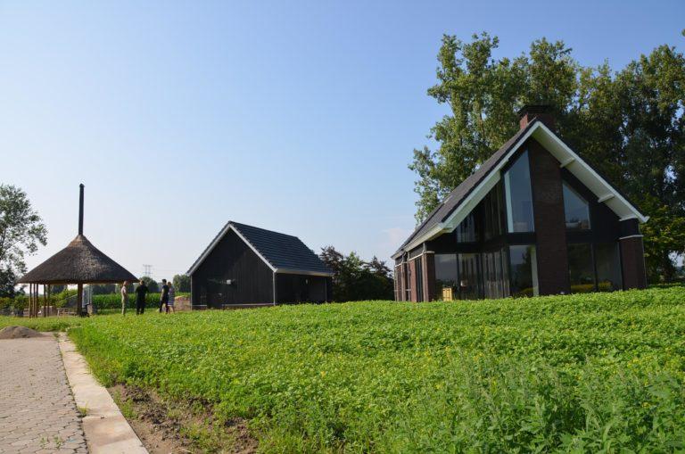 drijvers-oisterwijk-nieuwbouw-kantoor-exterieur-pannendak-metselwerk-houten-gevel-hal-zink-ramen-deuren (7)