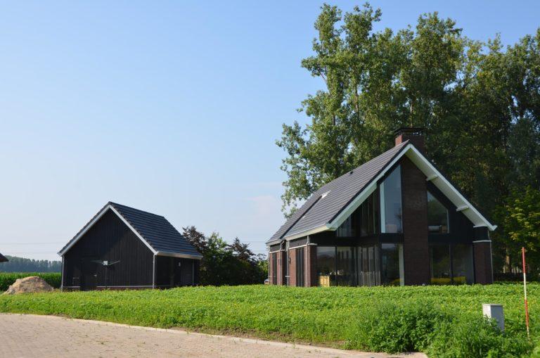drijvers-oisterwijk-nieuwbouw-kantoor-exterieur-pannendak-metselwerk-houten-gevel-hal-zink-ramen-deuren (8)