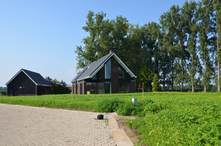 drijvers-oisterwijk-nieuwbouw-kantoor-exterieur-pannendak-metselwerk-houten-gevel-hal-zink-ramen-deuren (9)