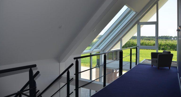 drijvers-oisterwijk-nieuwbouw-kantoor-interieur-modern-niveau-verschil-transparant-paars (1)