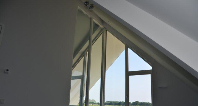 drijvers-oisterwijk-nieuwbouw-kantoor-interieur-modern-niveau-verschil-transparant-paars (10)