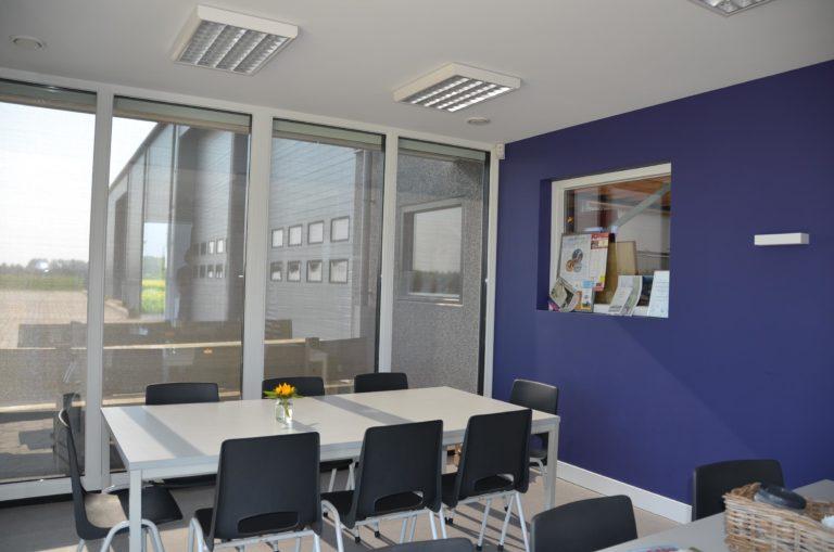 drijvers-oisterwijk-nieuwbouw-kantoor-interieur-modern-niveau-verschil-transparant-paars (11)