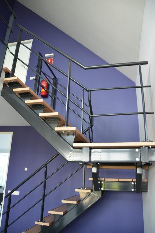 drijvers-oisterwijk-nieuwbouw-kantoor-interieur-modern-niveau-verschil-transparant-paars (12)