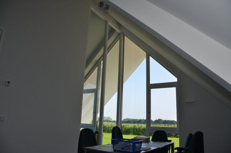 drijvers-oisterwijk-nieuwbouw-kantoor-interieur-modern-niveau-verschil-transparant-paars (14)