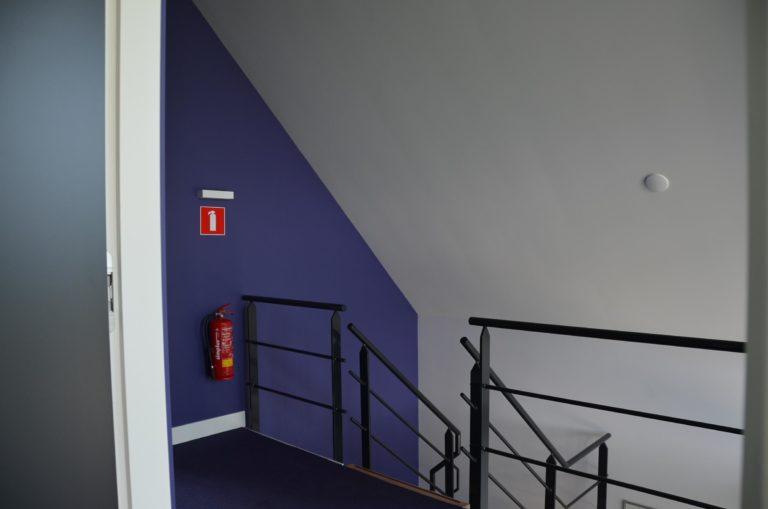 drijvers-oisterwijk-nieuwbouw-kantoor-interieur-modern-niveau-verschil-transparant-paars (15)