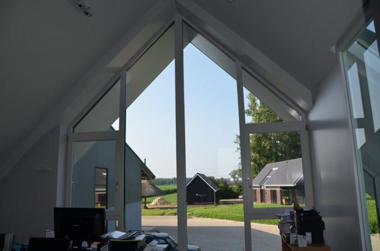 drijvers-oisterwijk-nieuwbouw-kantoor-interieur-modern-niveau-verschil-transparant-paars (16)