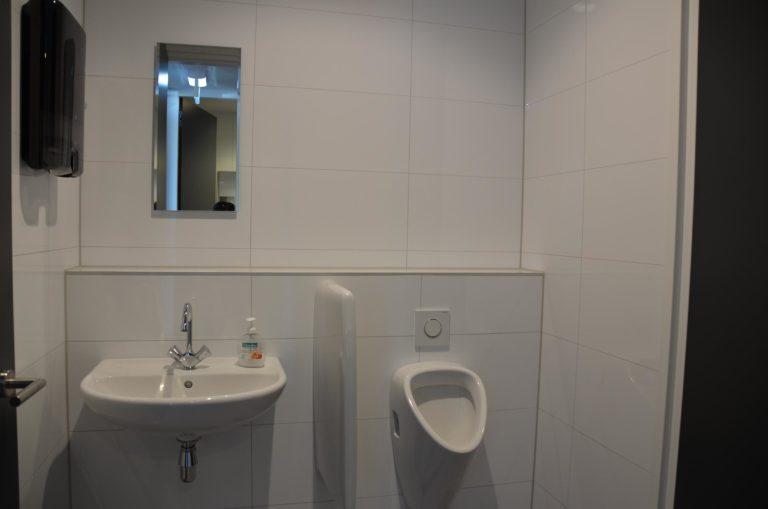 drijvers-oisterwijk-nieuwbouw-kantoor-interieur-modern-niveau-verschil-transparant-paars (17)