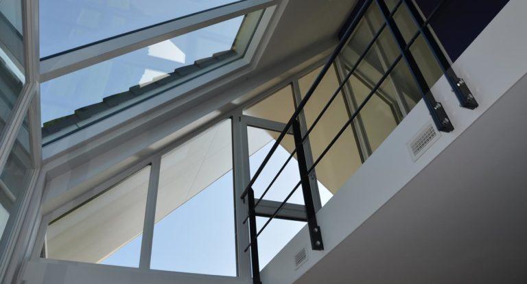 drijvers-oisterwijk-nieuwbouw-kantoor-interieur-modern-niveau-verschil-transparant-paars (3)