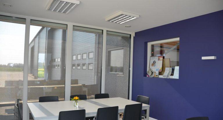 drijvers-oisterwijk-nieuwbouw-kantoor-interieur-modern-niveau-verschil-transparant-paars (6)