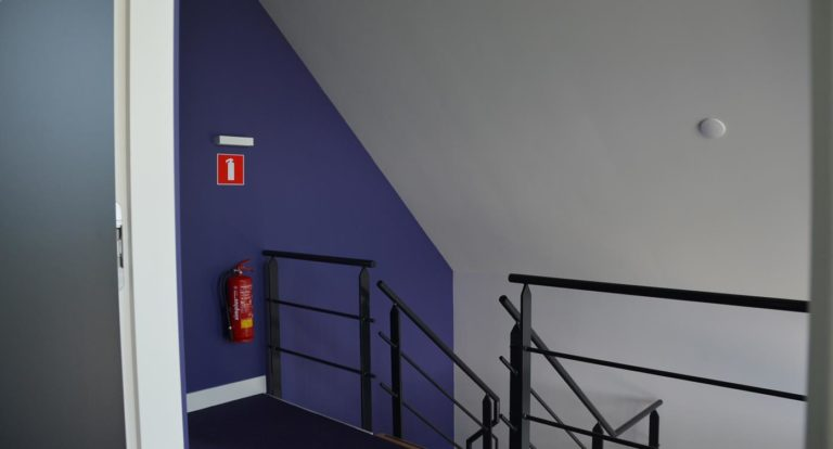 drijvers-oisterwijk-nieuwbouw-kantoor-interieur-modern-niveau-verschil-transparant-paars (7)