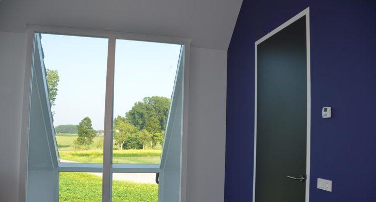 drijvers-oisterwijk-nieuwbouw-kantoor-interieur-modern-niveau-verschil-transparant-paars (8)