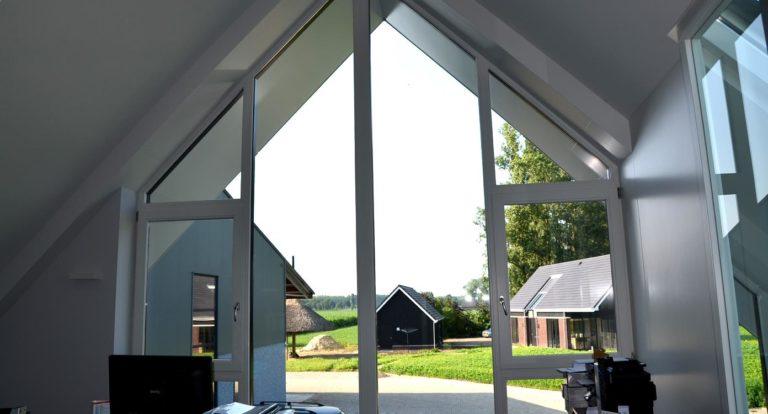 drijvers-oisterwijk-nieuwbouw-kantoor-interieur-modern-niveau-verschil-transparant-paars (9)