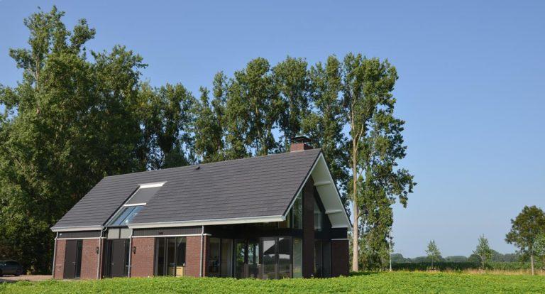 drijvers-oisterwijk-nieuwbouw-woonhuis-exterieur-pannendak-metselwerk-houten-gevel-hooimijt-bijgebouw-schoorsteen-ramen-deuren (1)
