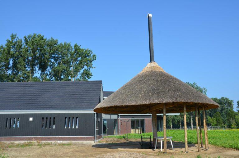 drijvers-oisterwijk-nieuwbouw-woonhuis-exterieur-pannendak-metselwerk-houten-gevel-hooimijt-bijgebouw-schoorsteen-ramen-deuren (10)