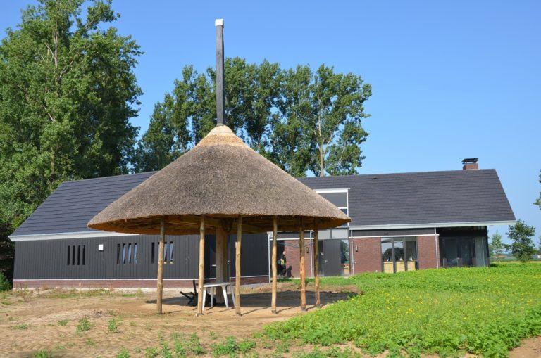 drijvers-oisterwijk-nieuwbouw-woonhuis-exterieur-pannendak-metselwerk-houten-gevel-hooimijt-bijgebouw-schoorsteen-ramen-deuren (11)