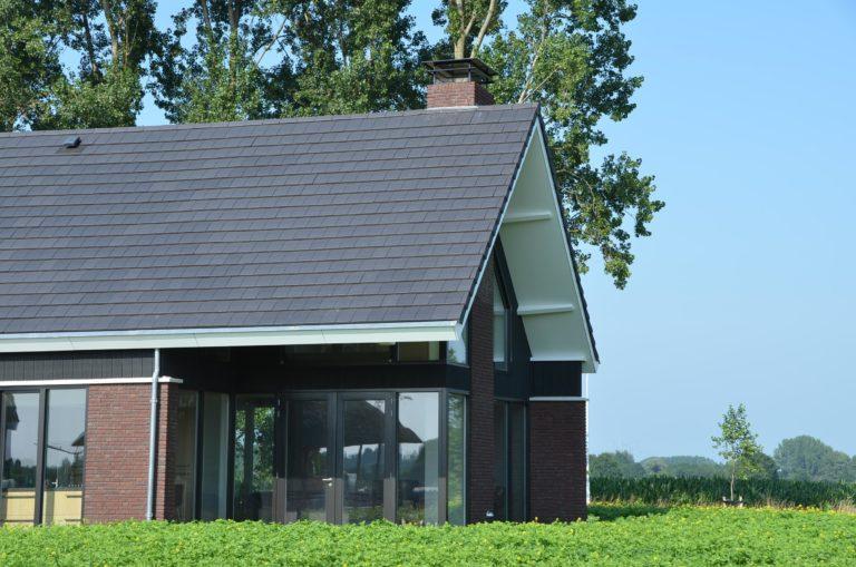 drijvers-oisterwijk-nieuwbouw-woonhuis-exterieur-pannendak-metselwerk-houten-gevel-hooimijt-bijgebouw-schoorsteen-ramen-deuren (12)