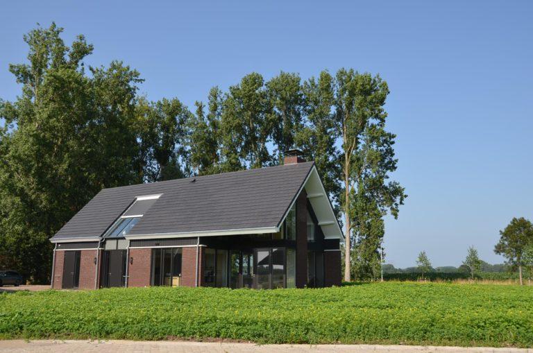 drijvers-oisterwijk-nieuwbouw-woonhuis-exterieur-pannendak-metselwerk-houten-gevel-hooimijt-bijgebouw-schoorsteen-ramen-deuren (13)