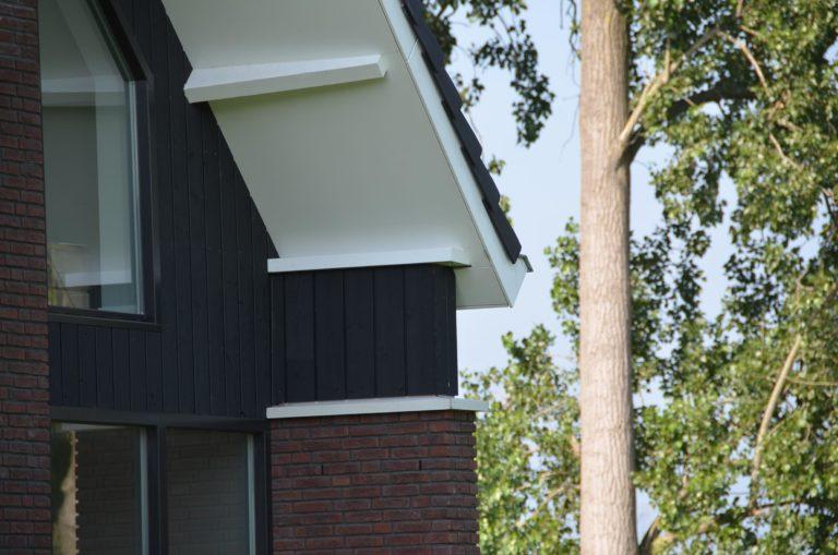 drijvers-oisterwijk-nieuwbouw-woonhuis-exterieur-pannendak-metselwerk-houten-gevel-hooimijt-bijgebouw-schoorsteen-ramen-deuren (15)