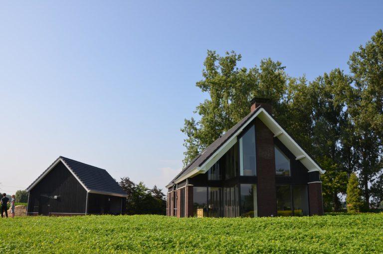 drijvers-oisterwijk-nieuwbouw-woonhuis-exterieur-pannendak-metselwerk-houten-gevel-hooimijt-bijgebouw-schoorsteen-ramen-deuren (16)