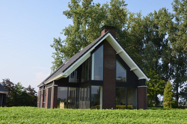 drijvers-oisterwijk-nieuwbouw-woonhuis-exterieur-pannendak-metselwerk-houten-gevel-hooimijt-bijgebouw-schoorsteen-ramen-deuren (17)