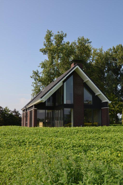 drijvers-oisterwijk-nieuwbouw-woonhuis-exterieur-pannendak-metselwerk-houten-gevel-hooimijt-bijgebouw-schoorsteen-ramen-deuren (18)