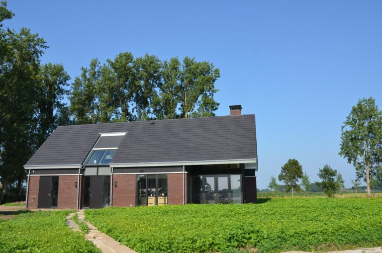 drijvers-oisterwijk-nieuwbouw-woonhuis-exterieur-pannendak-metselwerk-houten-gevel-hooimijt-bijgebouw-schoorsteen-ramen-deuren (23)