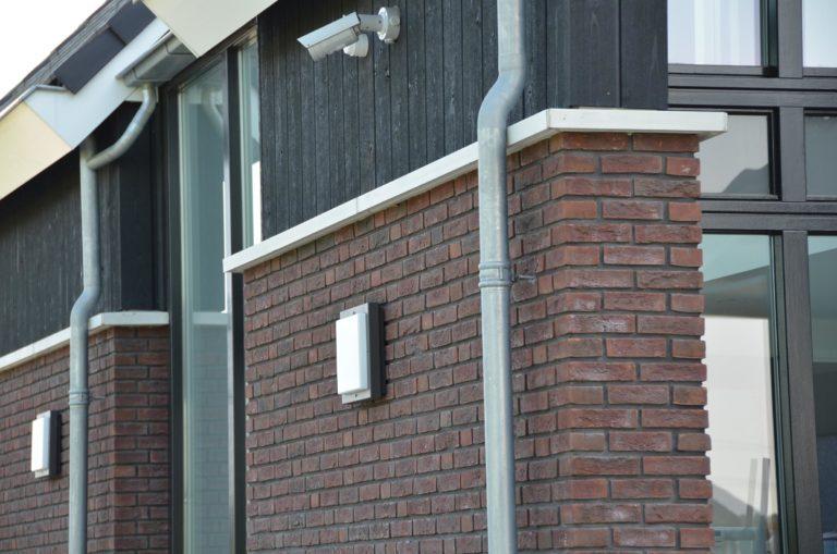 drijvers-oisterwijk-nieuwbouw-woonhuis-exterieur-pannendak-metselwerk-houten-gevel-hooimijt-bijgebouw-schoorsteen-ramen-deuren (25)
