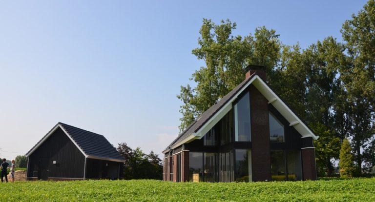 drijvers-oisterwijk-nieuwbouw-woonhuis-exterieur-pannendak-metselwerk-houten-gevel-hooimijt-bijgebouw-schoorsteen-ramen-deuren (3)
