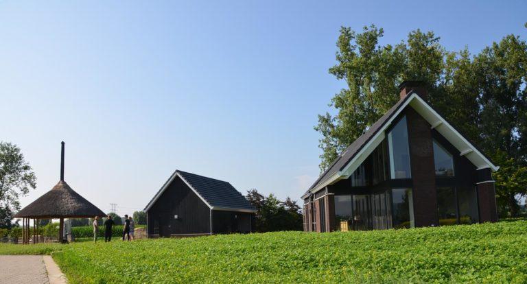 drijvers-oisterwijk-nieuwbouw-woonhuis-exterieur-pannendak-metselwerk-houten-gevel-hooimijt-bijgebouw-schoorsteen-ramen-deuren (4)