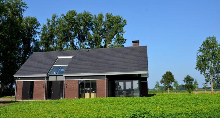 drijvers-oisterwijk-nieuwbouw-woonhuis-exterieur-pannendak-metselwerk-houten-gevel-hooimijt-bijgebouw-schoorsteen-ramen-deuren (5)