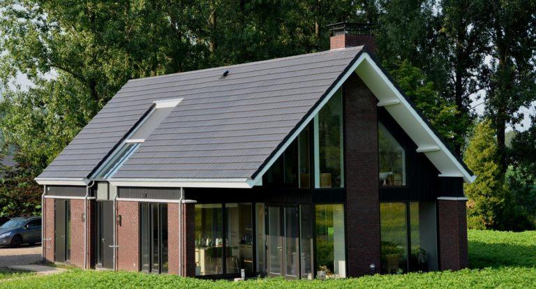drijvers-oisterwijk-nieuwbouw-woonhuis-exterieur-pannendak-metselwerk-houten-gevel-hooimijt-bijgebouw-schoorsteen-ramen-deuren (6)