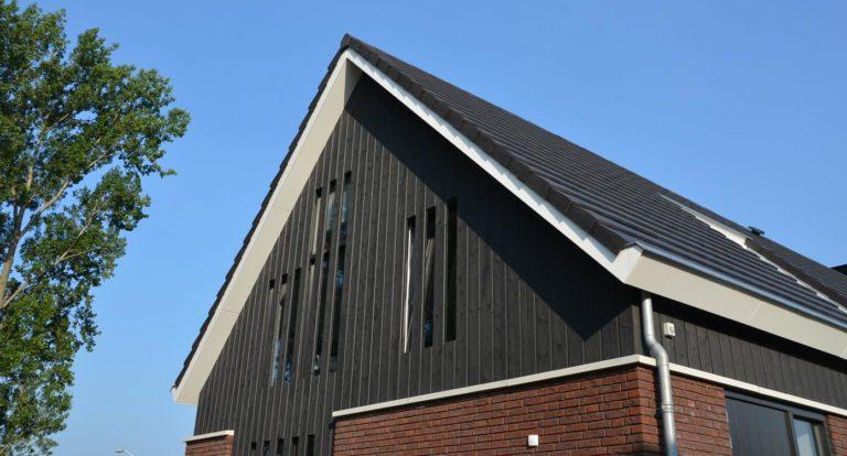 drijvers-oisterwijk-nieuwbouw-woonhuis-exterieur-pannendak-metselwerk-houten-gevel-hooimijt-bijgebouw-schoorsteen-ramen-deuren (7)