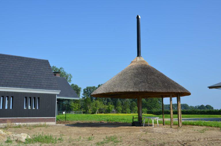 drijvers-oisterwijk-nieuwbouw-woonhuis-exterieur-pannendak-metselwerk-houten-gevel-hooimijt-bijgebouw-schoorsteen-ramen-deuren (9)