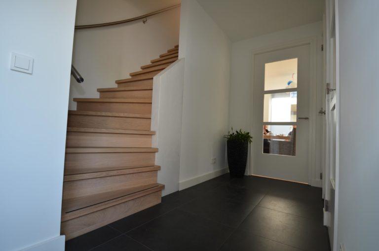 drijvers-oisterwijk-nieuwbouw-woonhuis-trap-interieur-modern-hout-licht (1)
