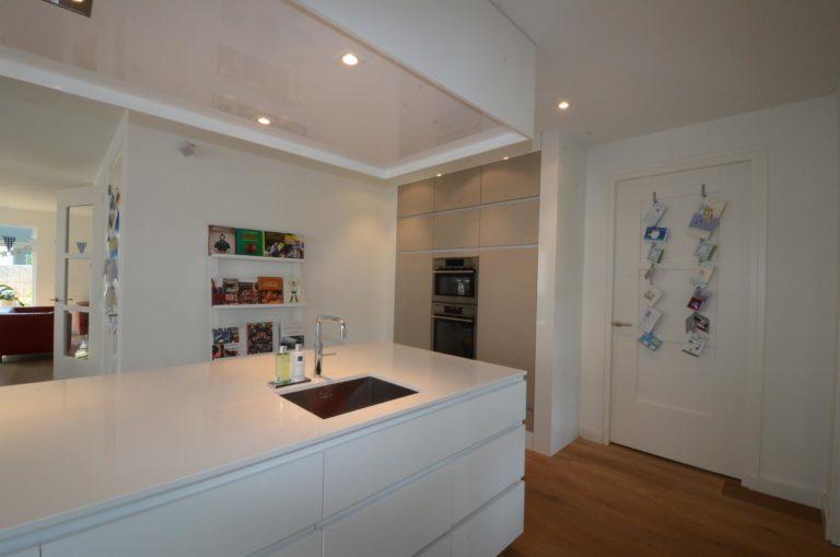 drijvers-oisterwijk-nieuwbouw-keuken-woonhuis-interieur-modern-hout-licht (13)