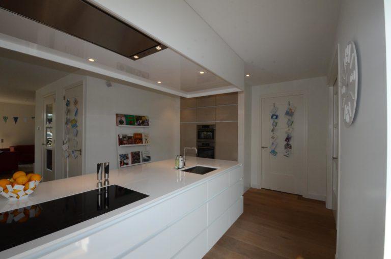 drijvers-oisterwijk-nieuwbouw-keuken-woonhuis-interieur-modern-hout-licht (18)