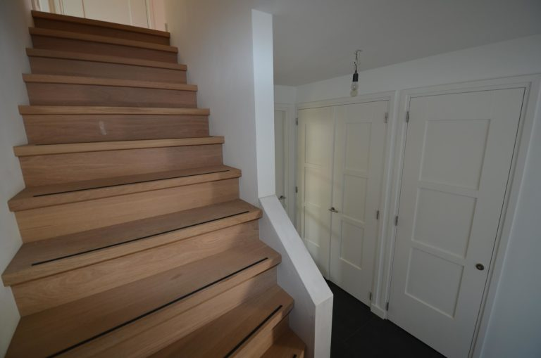 drijvers-oisterwijk-nieuwbouw-woonhuis-trap-interieur-modern-hout-licht (2)