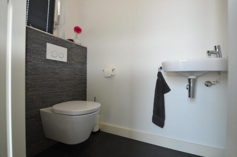 drijvers-oisterwijk-nieuwbouw-woonhuis-toilet-interieur-modern-hout-licht (3)