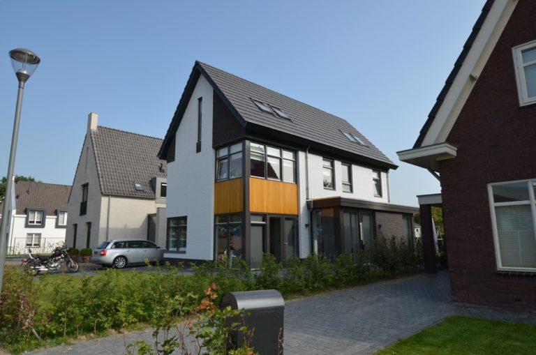 drijvers-oisterwijk-nieuwbouw-woonhuis-modern-dakpannen-bakstenen-houten-gevel-ramen-deuren (1)