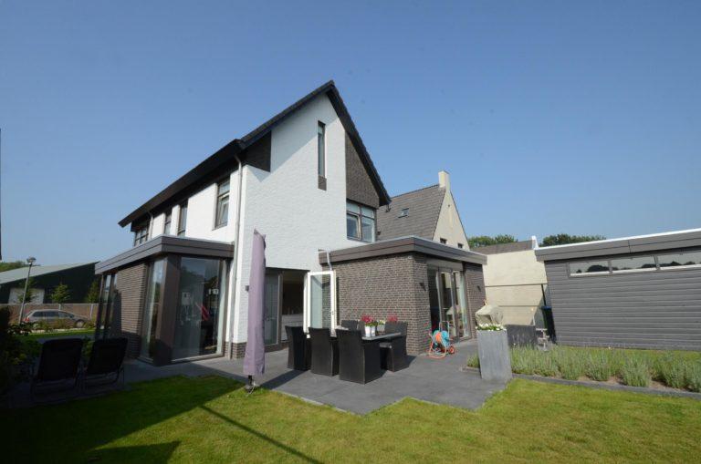 drijvers-oisterwijk-nieuwbouw-woonhuis-modern-dakpannen-bakstenen-houten-gevel-ramen-deuren (10)