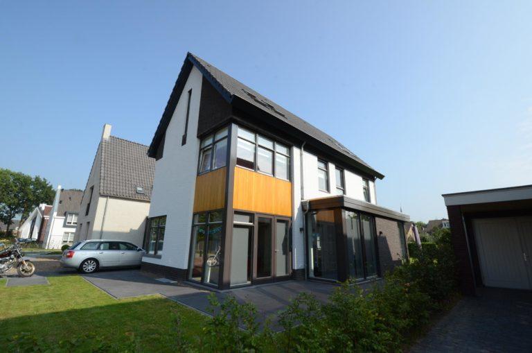 drijvers-oisterwijk-nieuwbouw-woonhuis-modern-dakpannen-bakstenen-houten-gevel-ramen-deuren (13)