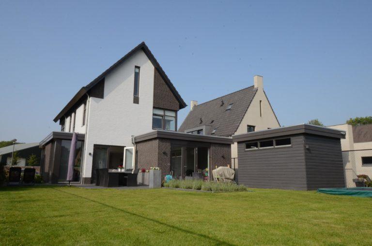 drijvers-oisterwijk-nieuwbouw-woonhuis-modern-dakpannen-bakstenen-houten-gevel-ramen-deuren (2)