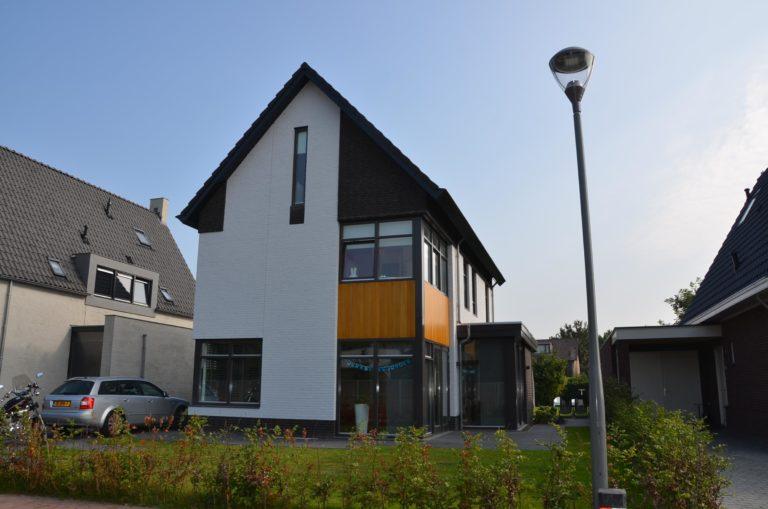 drijvers-oisterwijk-nieuwbouw-woonhuis-modern-dakpannen-bakstenen-houten-gevel-ramen-deuren (3)